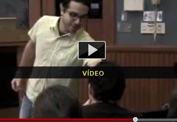 Professor reage a aluno