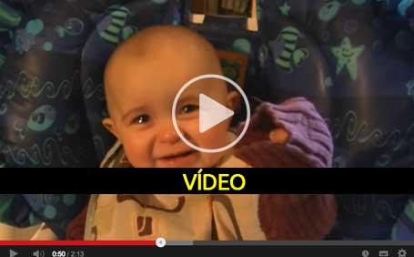Mãe emociona bebé a cantar - video