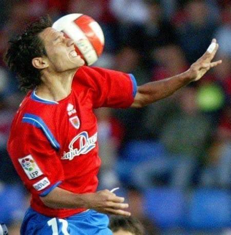 foto-imagem-engracada-futebol-bola-na-cara-10